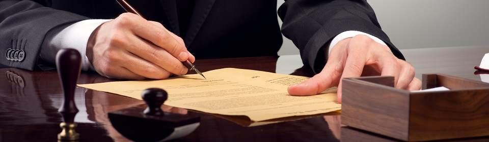man ondertekent een overeenkomst