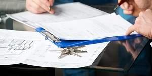 ondertekening huurovereenkomst met huissleutels ernaast