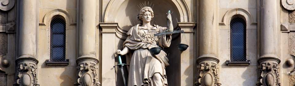 vrouwe justitia op rechtsgebouw