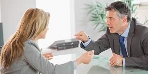 man en vrouw in zakelijk conflict