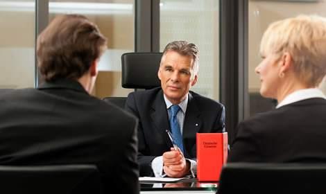 Advocaat in gesprek met cliënten